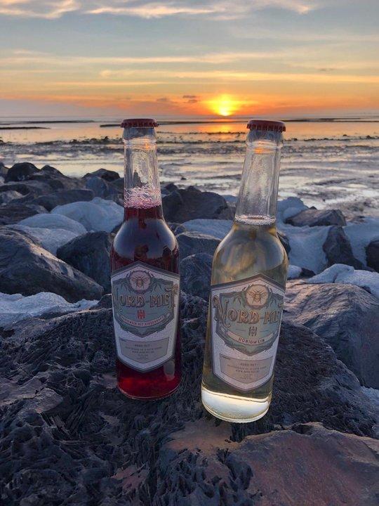 Nord-Met - zwei verliebte Met-Flaschen an der Küste vor Sonnenuntergang
